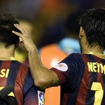 Neymar consuela a Messi tras la derrota en la final. Foto de AFP.
