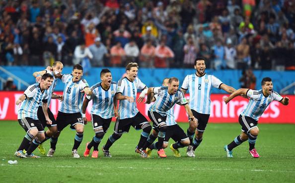 Maxi Rodríguez ya convirtió su penal y los jugadores argentinos empiezan a festejar el pase a la final. Foto de Matthias Hangst/Getty Images South America / Vía Zimbio