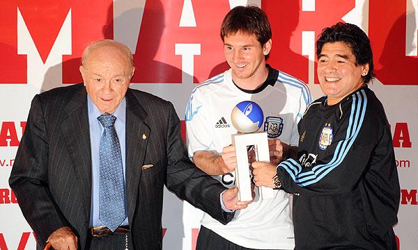 En 2009, Di Stéfano, Messi y Maradona, los tres mejores futbolistas argentinos de todos los tiempos, fueron reunidos por el diario Marca para la entrega de un premio.
