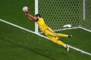 Sergio Romero tapa el penal de Sneijder y se viste de figura en la definición