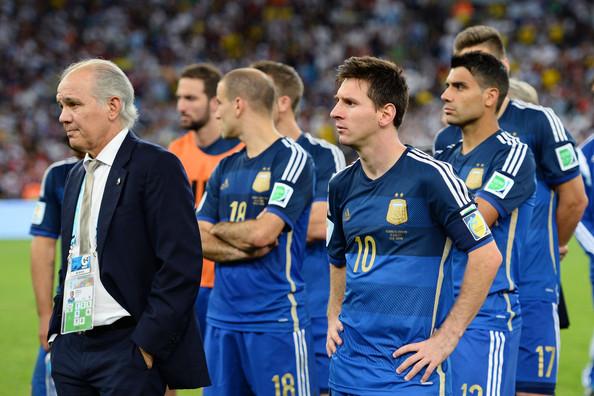 Los rostros de Sabella y Messi retratan la frustración argentina tras la derrota contra Alemania. Foto de Jamie McDonald/Getty Images South America / Vía Zimbio