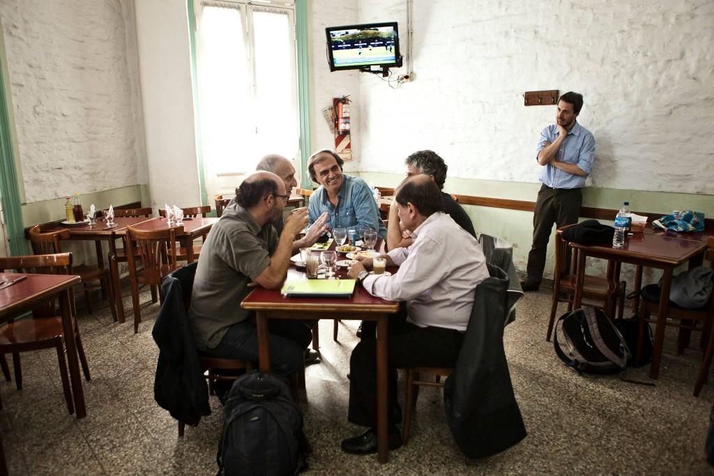 Ezequiel Fernández Moores, el Ruso Verea y los profesores de la Universidad de San Andrés, en plena charla futbolera. Foto del Movimiento Argentino de Fotógrafos Independientes Autoconvocados (M.A.F.I.A.)