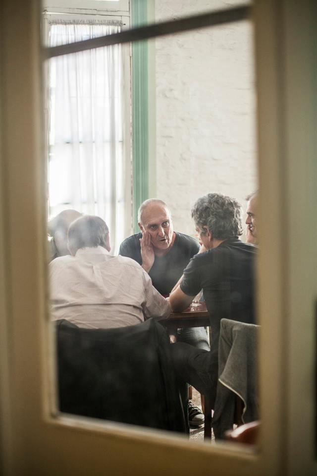El Ruso Verea, en plena charla futbolera con los otros protagonistas de la nota.