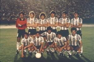 La foto del campeón. Parados: S. García, D. Sperandío, Carabelli, J.J.Rossi, J.Simón, H.Alves. Agachados: Barbas, Escudero, R.Díaz, Maradona y G.Calderón. Foto de El Gráfico.