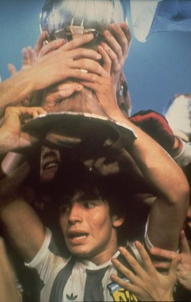 Maradona y el festejo del título en Japón. Su primer título con la camiseta argentina.