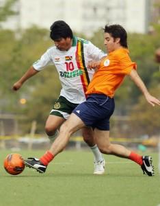 Evo Morales se dio el gusto de jugar con Maradona y le entregó un premio a Messi.