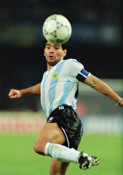 Maradona, en el Mundial de Italia 90. Pura magia con la pelota Foto de  Simon Bruty/Allsport