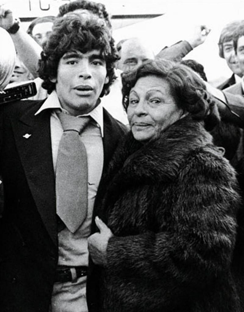 Maradona y Doña Tota, en 1979, al regreso de Japón. El Diez se había consagrado campeón del mundo con el seleccionado juvenil.