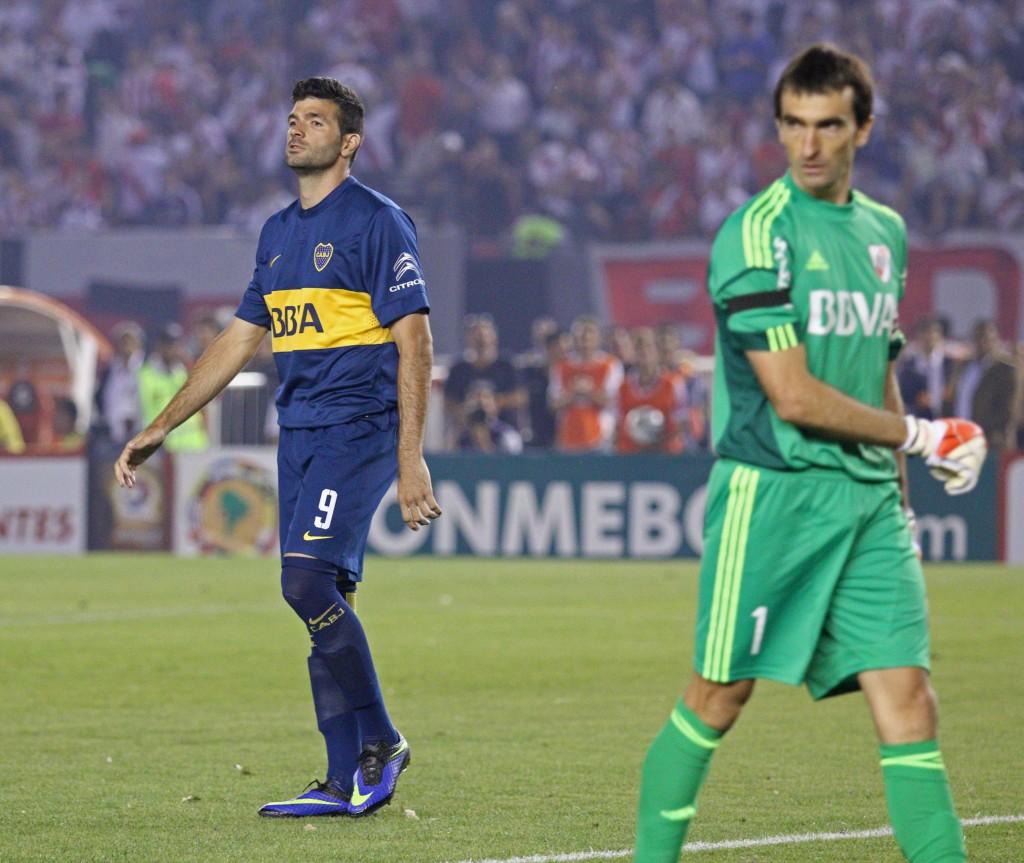 Barovero acaba de taparle e penal a Gigliotti. Ahí se definió el partido. Foto de Marcelo Capece / Agencia NA.