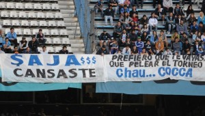 Las banderas contra Saja y Cocca, después de la derrota contra Independiente.