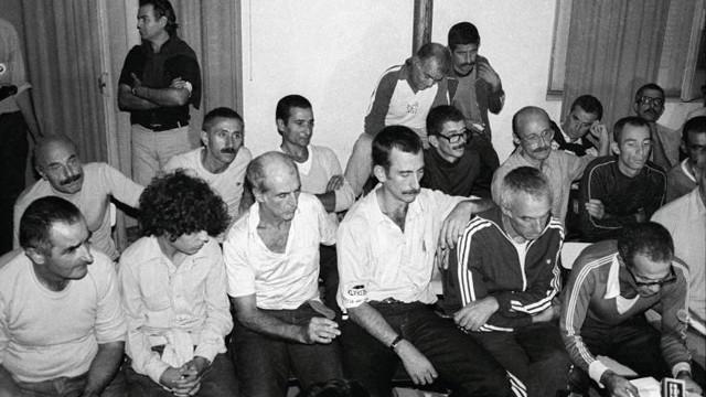 Un grupo de dirigentes tupamaros, entre ellos Pepe Mujica (primero desde la izquierda), pocas horas después de su liberación en marzo de 1985. Foto de la Agencia Camaratres.