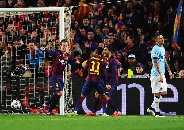 Ivan Rakitic festeja el gol del triunfo del Barcelona. Neymar y Luis Suárez lo esperan para el abrazo. Kun Agüero sufre en el Camp Nou. Foto de David Ramos / Getty Images Europe / Vía Zimbio