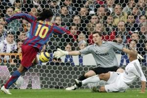 Ronaldinho ya le dio destino de red a la pelota y festeja su primer gol; el segundo de Barcelona en el Bernabéu.
