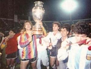 Batistuta, con el buzo de Higuita, levanta la Copa América luego del triunfo ante Colombia.