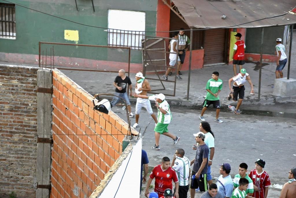 En marzo de este año, la barrabrava de Laferrere se enfrentó con la policía bonaerense y provocó graves incidentes. Foto de Diario Popular.