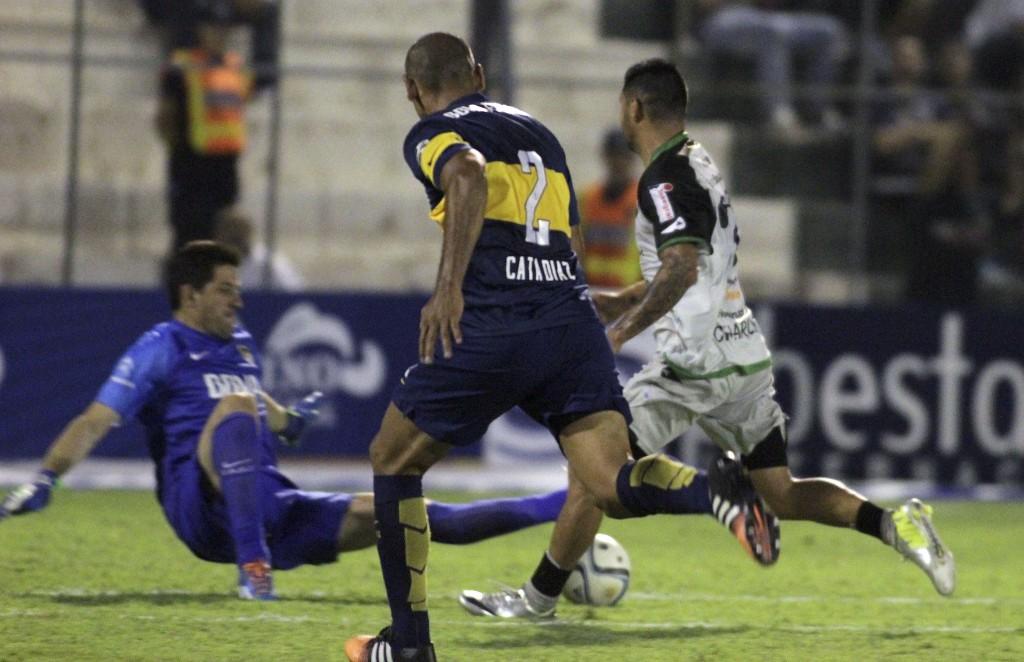 La foto en la que Agustín Orión, sin mala intención, le provocó una doble fracturua a Carlos Bueno. Foto de Delfo Rodríguez / Agencia NA
