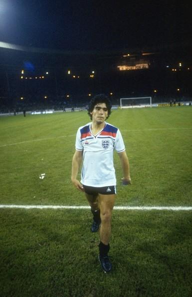 Maradona, con la camiseta de Kevin Keegan, después de la derrota en Wembley. La revancha llegaría en México, con golazo incluido.