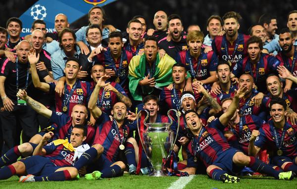 La Orejona en el medio, y a su lado, toda la satisfacción de los jugadores del Barcelona. Los dueños de la Champions. Foto de Laurence Griffiths / Getty Images Europe / Vía Zimbio