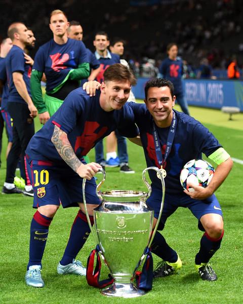 Messi y Xavi, que se quedó con la pelota del partido, disfrutan de su cuarta Champions League. Foto de Shaun Botterill / Getty Images Europe / Vía Zimbio.