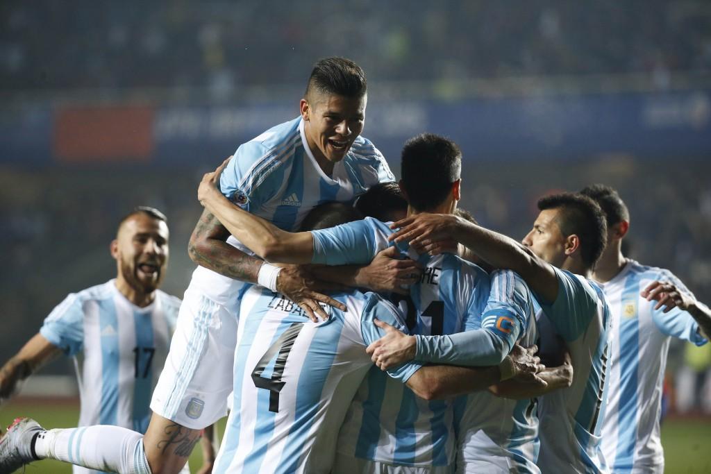 Todos los abrazos son para Javier Pastore, autor del segundo gol de la Selección, después de una jugada colectiva de alto vuelo.  Foto de José Brusco / Agencia NA