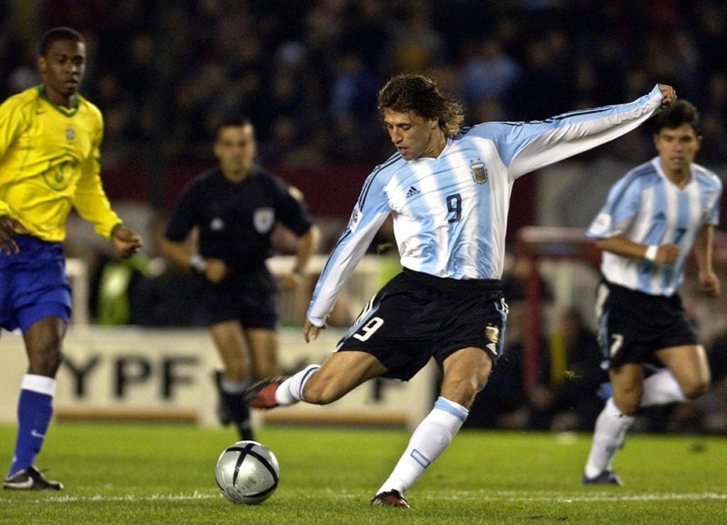 Crespo saca el derechazo para convertir su primer gol contra Brasil. Foto de Juan Mabromata / Agencia AFP