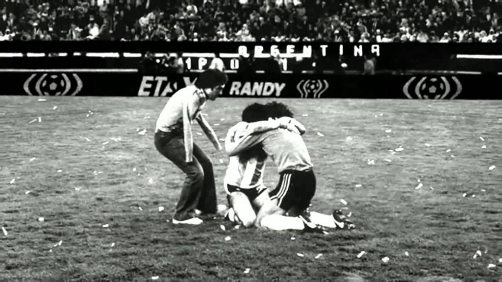 El Pato Fillol, Tarantini y Víctor Dell'Aquila protagonizan El Abrazo del Alma, la foto legendaria tomada por Ricardo Alfieri.