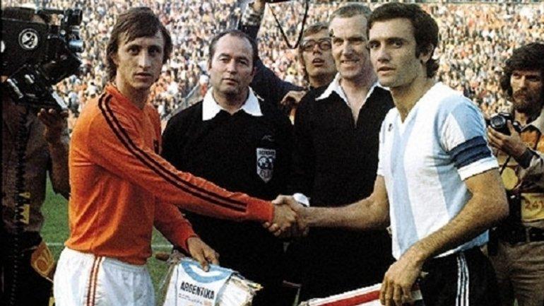 Cruyff y Perfumo se saludan antes del partido en el Mundial '74. Después vendría la goleada de Holanda 4-0 contra la Argentina.