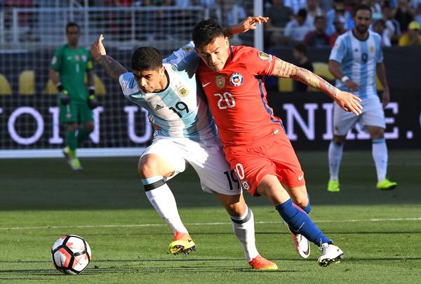 Banega lucha con el chileno Aranguiz para llevarse la pelota en el debut de la Copa América. Foto de : Thearon W. Henderson / Getty Images North America.