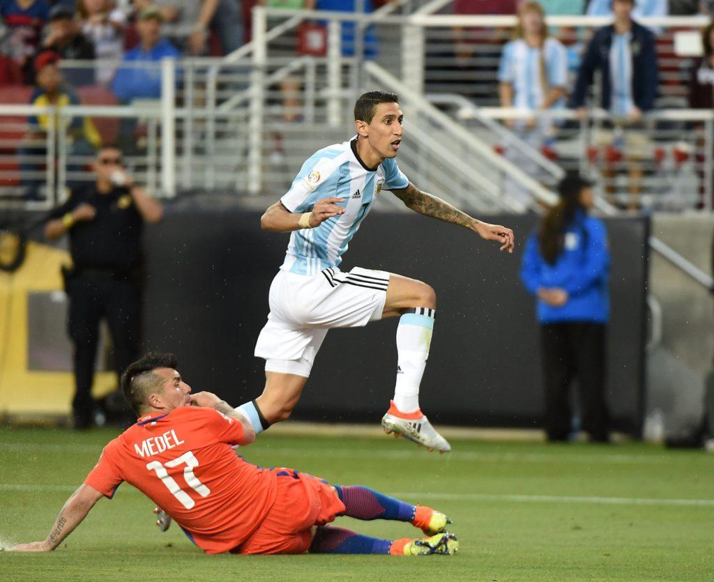 Di María ya le dio destino de gol a la pelota y comienza a festejar el primer grito de Argentina. Foto de la agencina AFP
