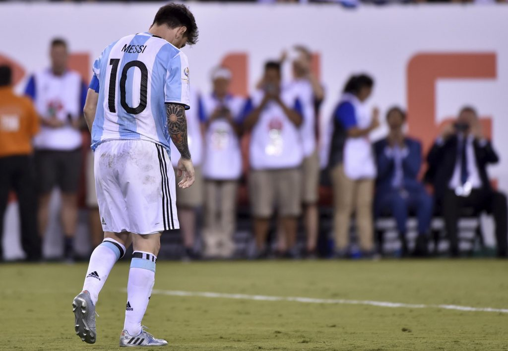 Messi acaba de fallar su penal contra Chile. Empieza la película que terminará con su renuncia a la Selección. Foto de Nelson Almeida / Agencia AFP.