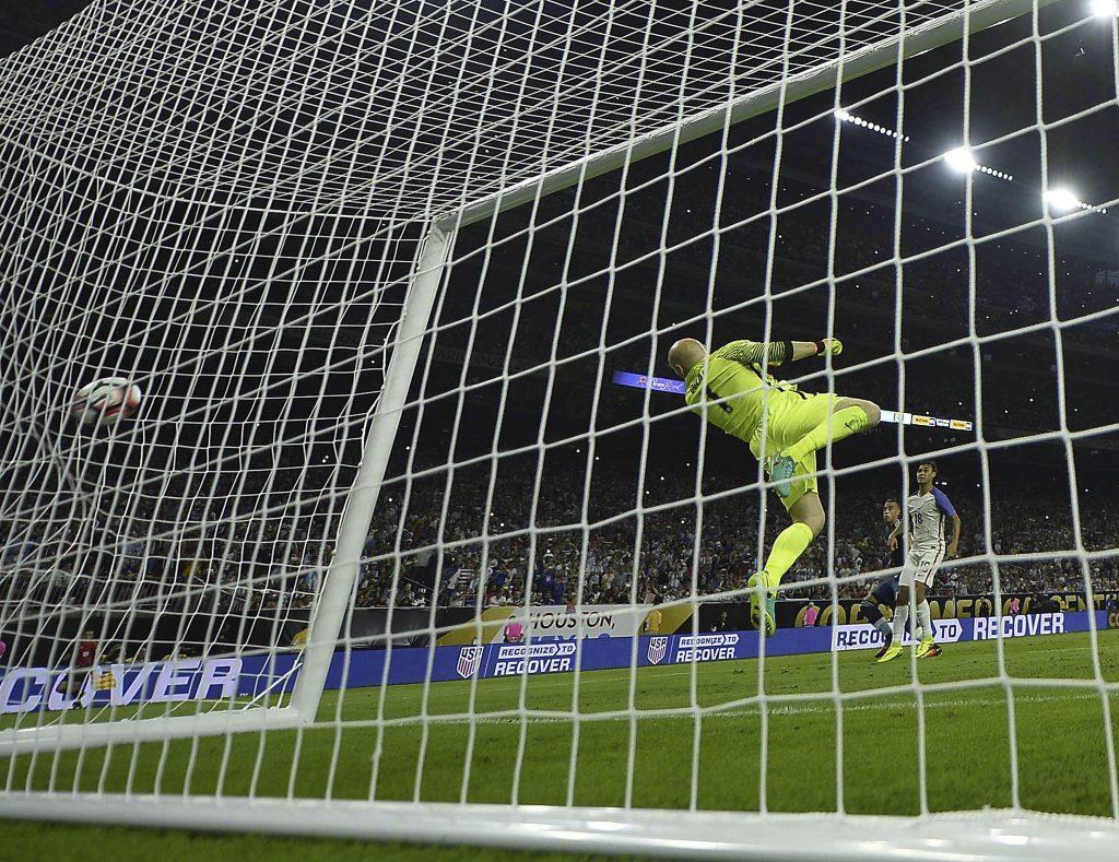 El tiro libre mágico de Messi ya firmó su autógrafo en la red. Así se convirtió en el máximo goleador de la Selección. Foto de Omar Torres / Agencia AFP.