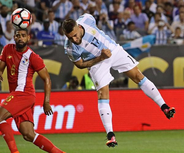 Otamendi le pone la cabeza al centro de Di María y pone en ventaja a la Selección contra Panamá. Foto Jonathan Daniel / Getty Images North America / Vía Zimbio.