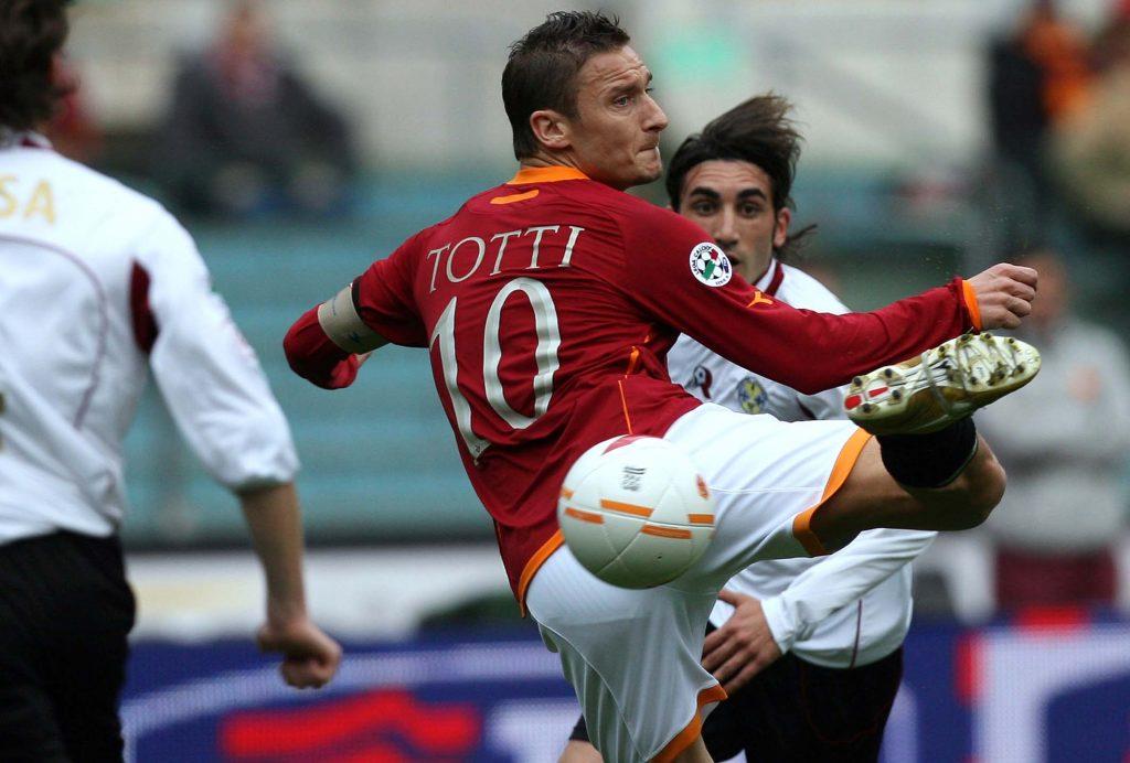 Todo el talento de Totti retratado en una imagen de 2007, año del gol contra Milan que provocó el texto de Enric González. Foto de la agencia AFP.