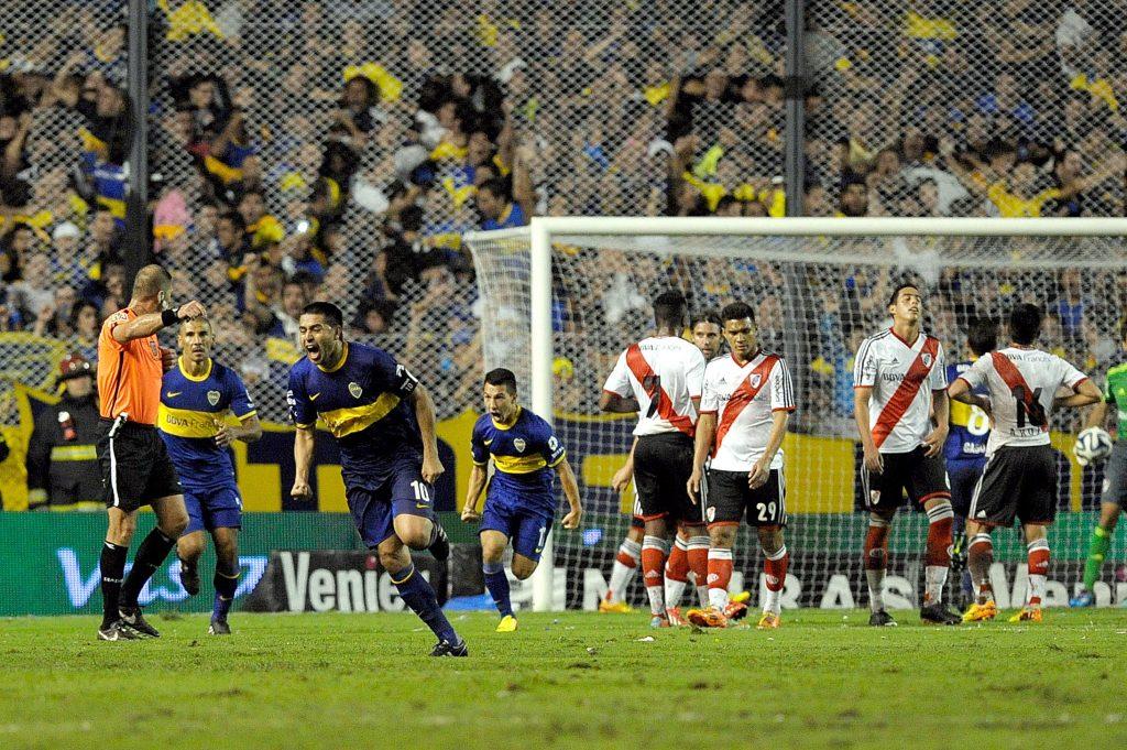 Uno de sus últimos festejos en la Bombonera: su gol a River, de tiro libre, en el Clausura 2014. Foto de Charly Díaz Azcue / Agencia AFP.